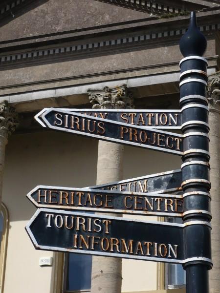 Señales apuntando a diferentes lugares de Cobh
