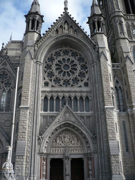 Parte frontal de St Colman Cathedral