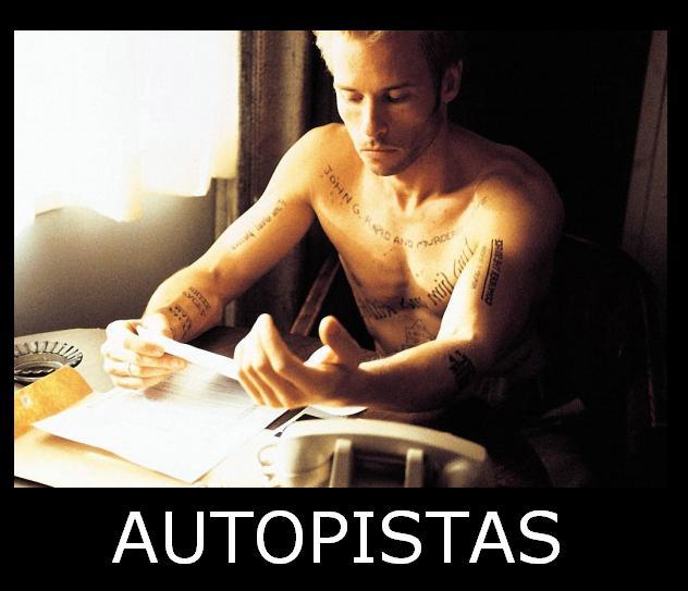 Protagonista de Memento mirando sus pistas tatuadas