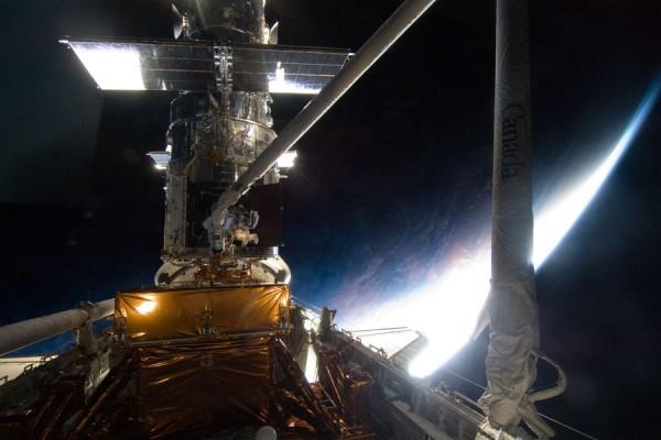 Imagen real de la misión STS-125 arreglando el Hubble
