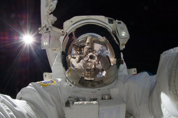 Magnífico autorretrato. El Sol, la Tierra, el brazo robótico, la ISS, un astronauta, la oscura profundidad del espacio y la cámara espacial.